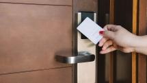Có nên lắp đặt khóa thẻ từ cho khách sạn ? Ưu nhược điểm là gì ?